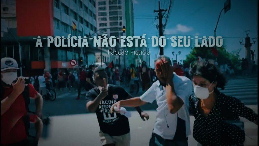"""Fotografia mostra homem correndo com mão ensaguentada cobrindo seu olho direito, ajudado por duas pessoas, durante manifestação em Recife. Sobre a foto, em letras brancas: """"A Polícia Não Está ao seu Lado - Facção Fictícia"""""""
