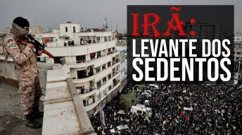 """Foto mostrando homem fardade earmado com um fuzil no topo de um prédio, observando multidão reunida em uma praça. Com o texto """"Irã: Levante dos Sedentos"""" no canto superior direito."""